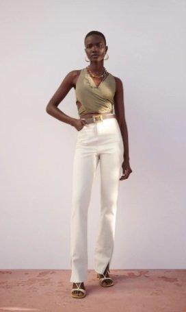 Jeans blancos tiro alto con abertura en los bajos de Zara
