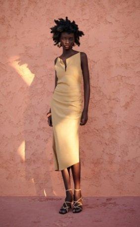 Vestido mini drapeado tono claro Zara