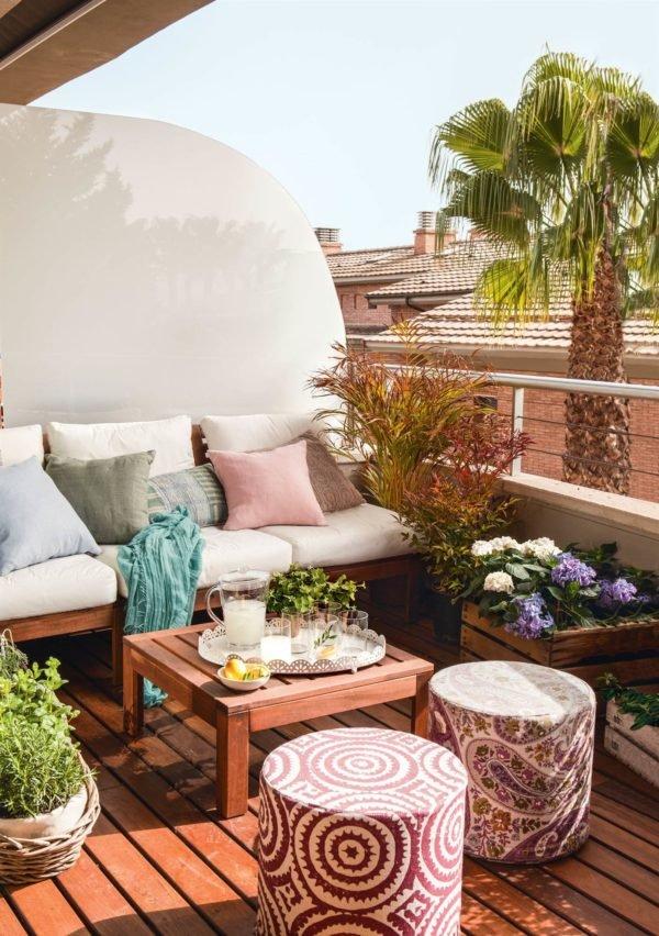 Como crear zona chill out balcon muebles de madera cojines balcon
