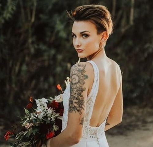Mujer con pelo corto asimétrico con volumen