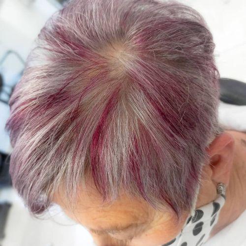 Mujer pelo corto con reflejos rosas