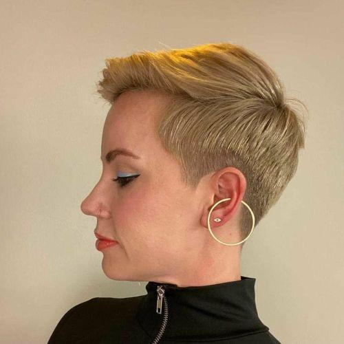 Mujer pelo corto rubio caramelo