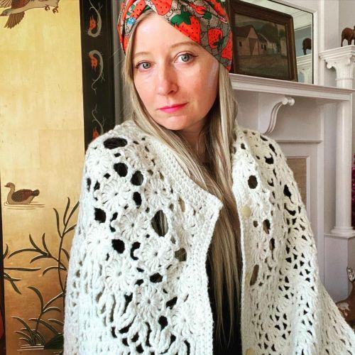 Mujer con cárdigan de punto Grandmacore