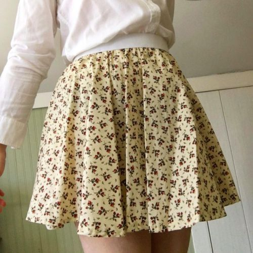 Blusa blanca y falda de tablas estampada Grandmacore