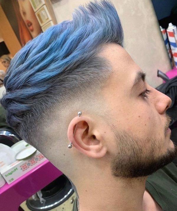 Hombre corte de pelo cresta en color azul