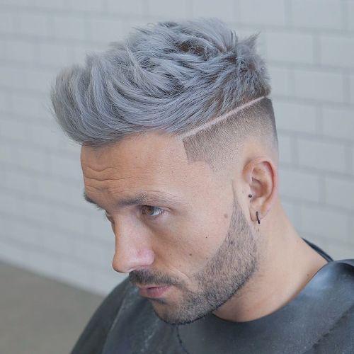 Corte de pelo para hombres degradado reflejos azules