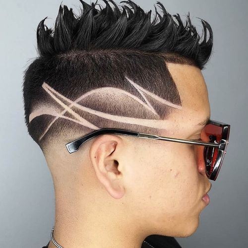Corte de pelo moderno hombre degradado con cresta tipo cepillo y marcas