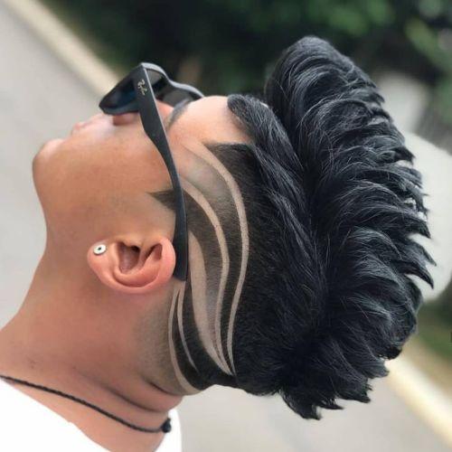 Corte de pelo hombre degradado cresta con adornos