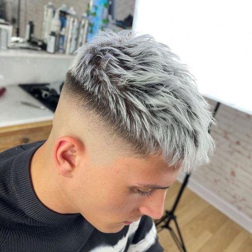 Hombre corte de pelo degradado reflejos azules