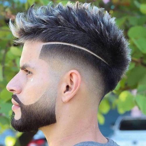 Hombre cabello degradado puntas violetas
