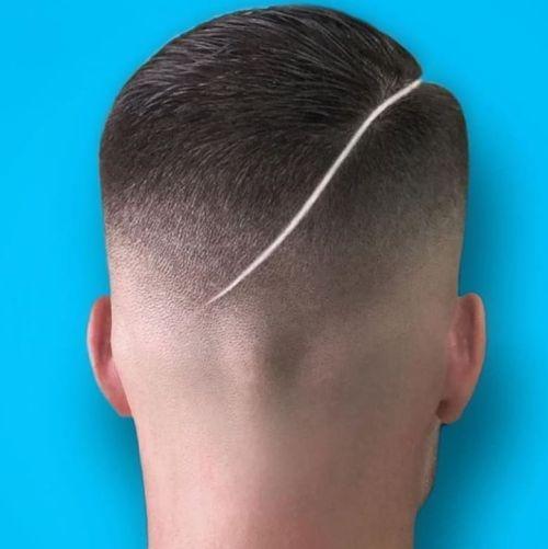 Hombre cabello muy corto con cicatriz