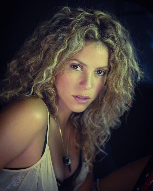Shakira rizos poco definidos