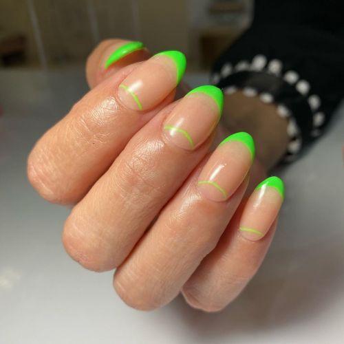 Uñas con bordes y líneas verdes