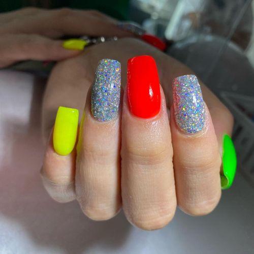 Uñas en colores vistosos