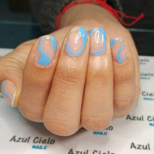 Uñas transparentes con línea azul