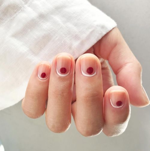 Uñas decoradas con punto rojo