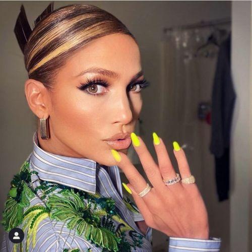 Jennifer López uñas en amarillo