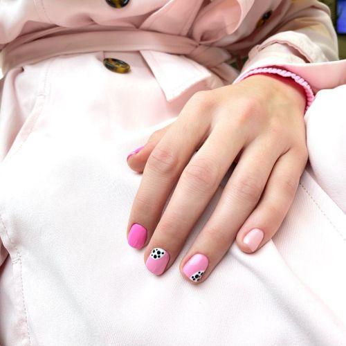 Uñas en rosa con blanco y negro animal print
