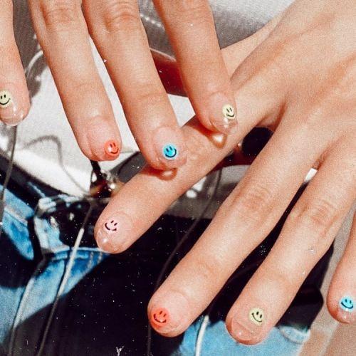 Emojis de colores en uñas