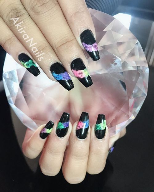 Uñas negras con manchas de color