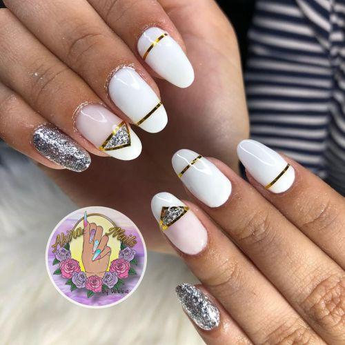 Uñas blancas con dorado y apliques