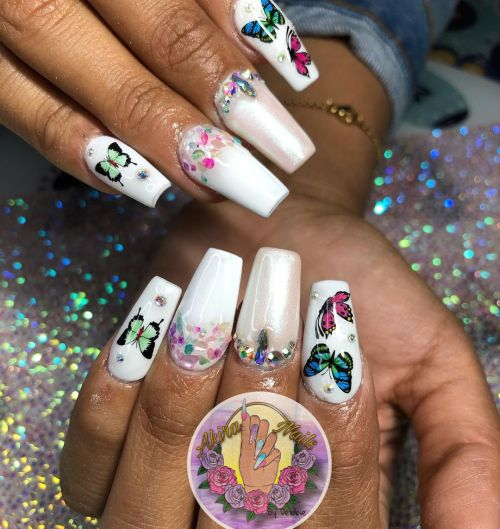 Uñas blancas con mariposas y perlas de color