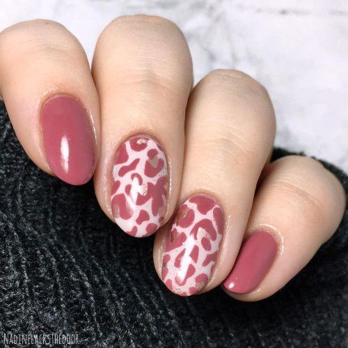 Uñas rosa oscuro animal print