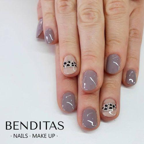 Uñas grises con animal print y piedras