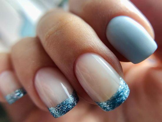 Uñas claras con bordes en azul brillante