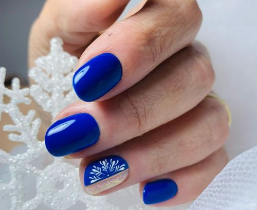 Uñas azules con vegetación en blanco