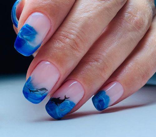 Uñas rosas con delfín y mar