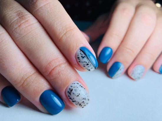 Uñas azules combinadas con uñas blanco y pintas