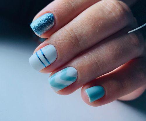 Uñas azul baby con blanco