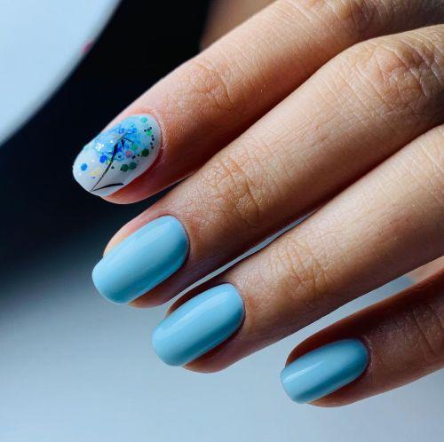 Uñas azules con flor de colores