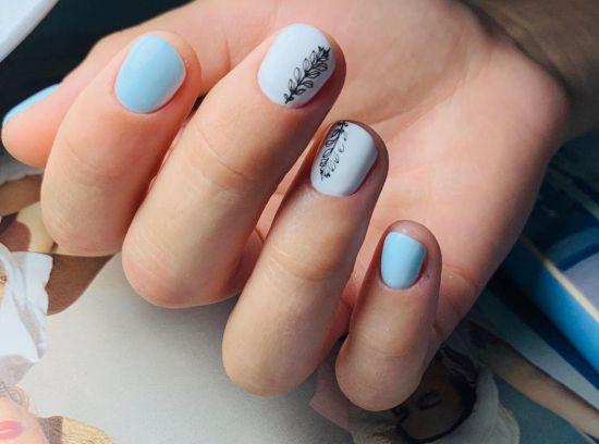 Uñas azul baby con blanco y flor negra
