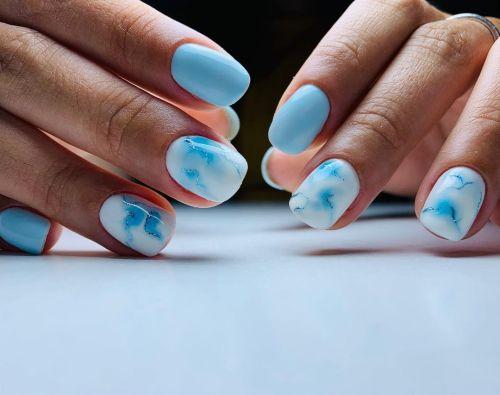 Uñas blancas con azul baby degradado