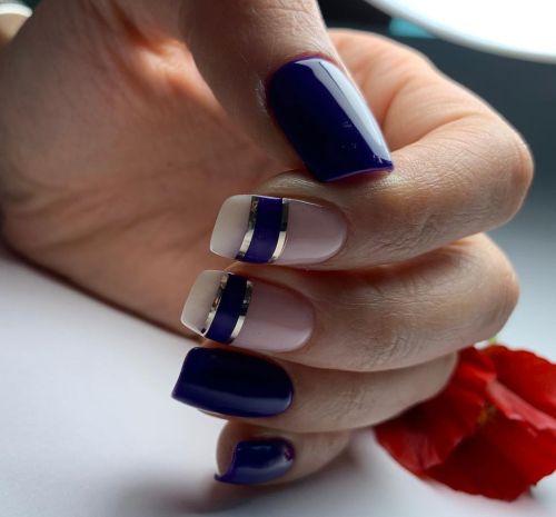 Uñas azul marino con franjas plata