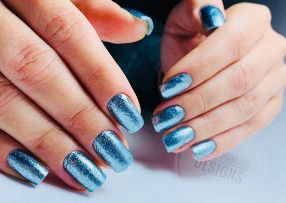 Uñas azules brillantes