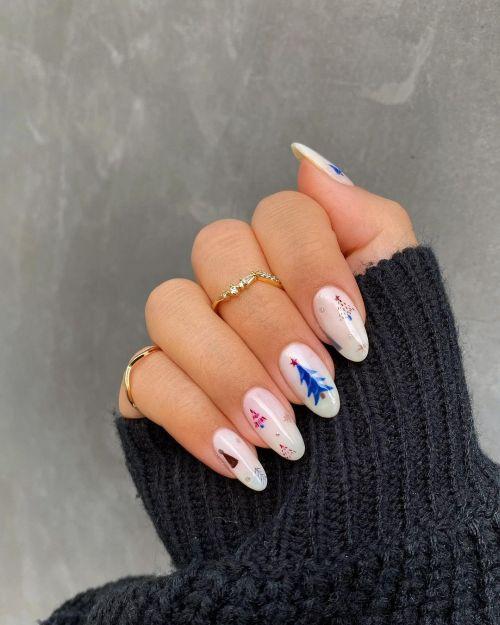 Uñas blancas con dibujos en azul