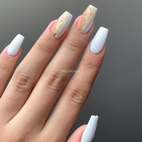 Uñas blancas con dibujos dorados