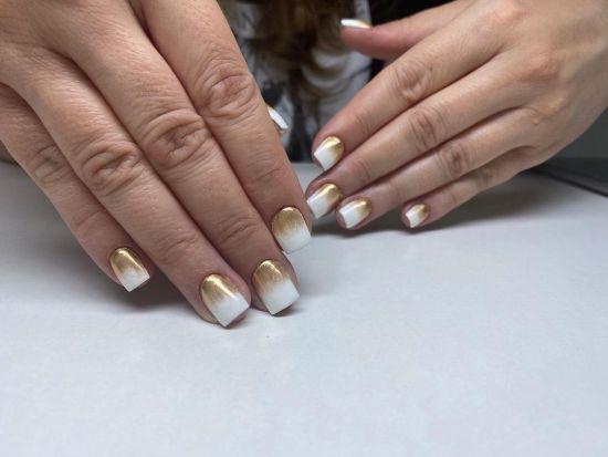 Uñas blancas cortas con dorado en la base