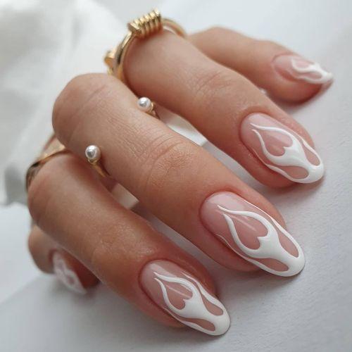 Uñas blancas cortas con llama