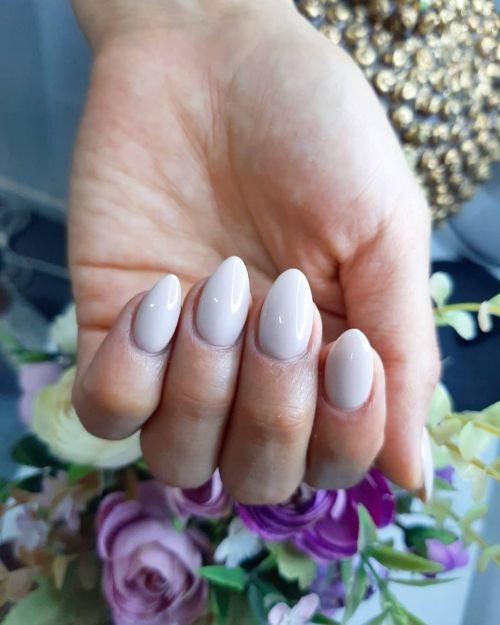 Uñas blancas en forma de media luna