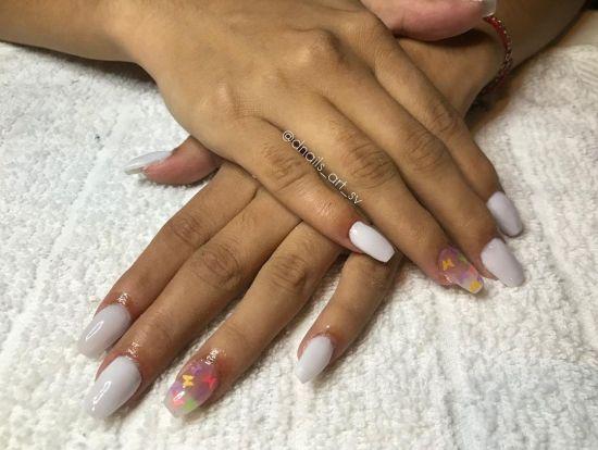 Uñas blancas con transparente y letras de colores