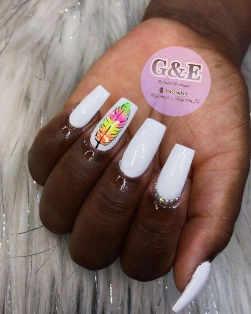 Uñas blancas con hoja de color