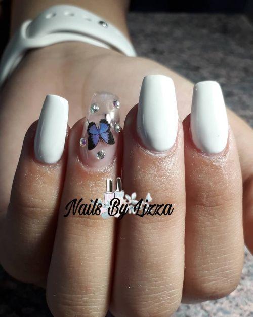 Uñas blancas con una uña transparente de mariposa