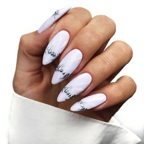 Uñas muy largas blancas en punta con plata
