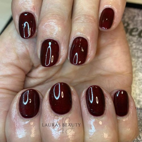 Uñas cortas color vino ovaladas