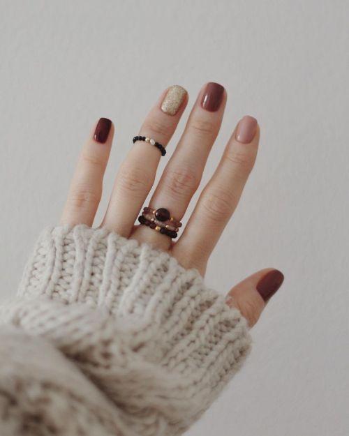Uñas cortas color vino con uñas en otros tonos