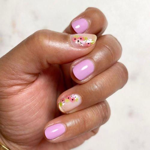 Uñas lilas con flores rosas y blancas